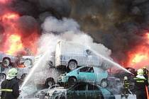 Požár vrakoviště v Ropici.