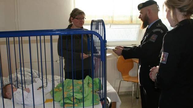 Policisté přinesli dárky nemocným dětem.