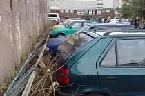 Při nehodě v třinecké části Sosna bylo poškozeno čtrnáct vozidel. .