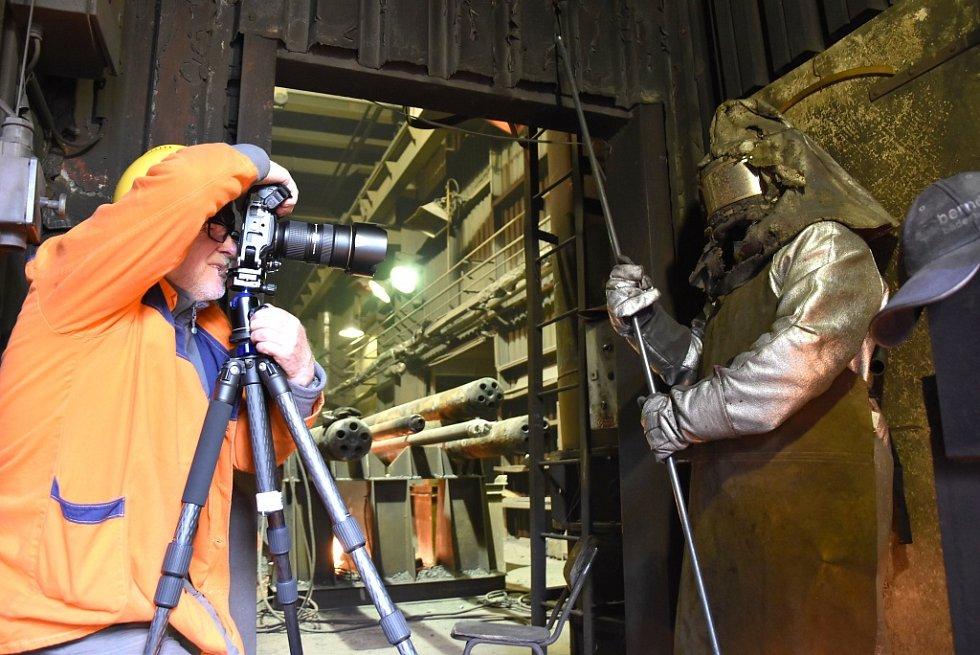 Samuraj v Třineckých železárnách. Fotograf František Zvardoň zachytil jednoho z pracovníků.