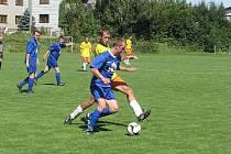 Fotbalisté Lískovce B (modré dresy) zvítězili ve druhém podzimním kole na hřišti Dobré B 4:3, i když prohrávali v průběhu druhého poločasu 1:3.