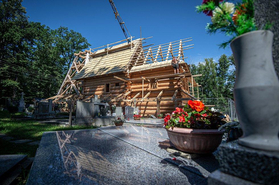 Stavba repliky kostela Božího Těla, 28. července 2020 v Gutech.