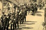 OSLAVA 25. výročí vzniku Svazu dobrovolných hasičů v Ropici v roce 1935 – slavnostní průvod po současné mezinárodní silnici I/11.