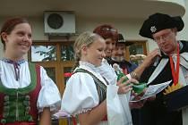 Správce markrabství předává české Miss folklor 2007 Aleně Turkové škrpál naplněný likérem, který dívka dala později do dražby. Vedle ní stojí vicemiss Jana Kučová. Zezadu sledují slavnostní akt moderátorka Dagmar Misařová a lašský král Zdeňa Viluš I.
