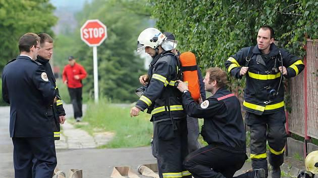 Profesionální i dobrovolní hasiči se v sobotu utkali v hasičském víceboji TFA Vratimov Cup.