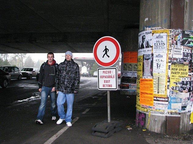 Na nebezpečí upozorňují chodce značky pod mostem, který spojuje Frýdek s Místkem.