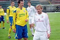 Třinecký Lukáš Matůš (v bílém dresu vpravo) v utkání se zlínskou Tescomou.