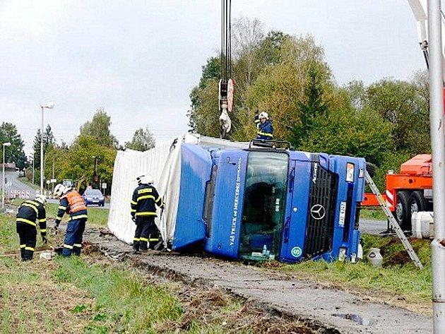 Havárie kamionu v Bludovicích, místní části Nového Jičína, uzavřela v úterý dopoledne na několik hodin silnici mezi Novým Jičínem a Hodslavicemi.