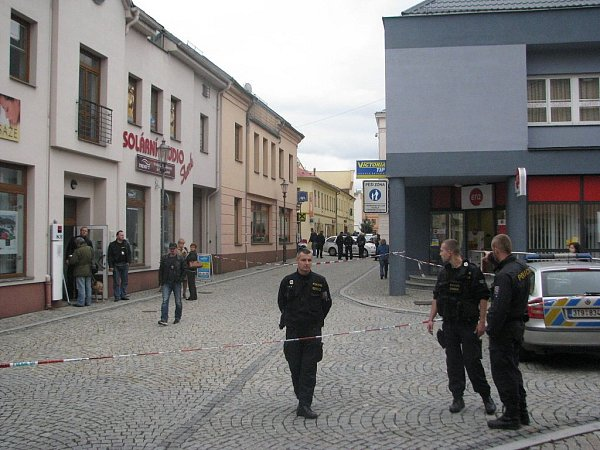 Policisté uzavřeli vpátek 20.září vodpoledních hodinách část ulice Josefa Václava Sládka vMístku.