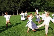 Dětský folklorní soubor Ostravička pod vedením zakladatelů Marie a Stanislava Novákových.