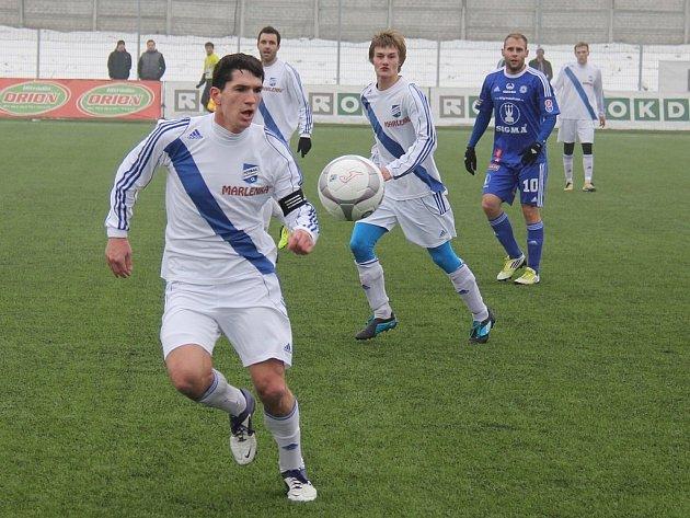 Obránce Valcířů Michal Švrček (u míče) je v dresu Frýdku-Místku nejvytíženějším fotbalistou.