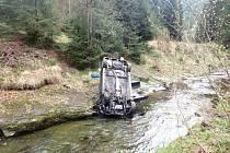 Tři jednotky profesionálních hasičů, včetně vyprošťovacího speciálu, zasahovaly v sobotu odpoledne v  Morávce, kde skončil osobní automobil Mercedes na střeše na okraji horského potoka.
