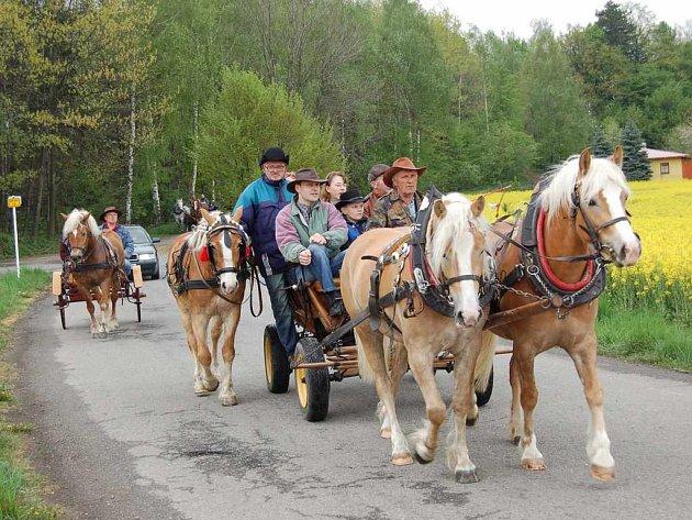 Bryčky a kočáry tažené koňmi absolvovaly první letošní vyjížďku.