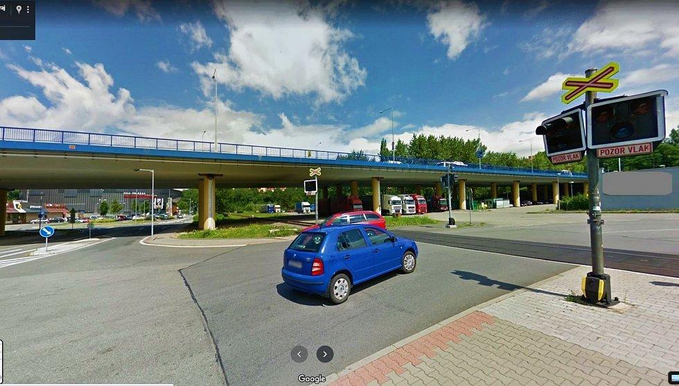 Železniční přejezd na ulici Nádražní poblíž haly Polárka bude chráněn závorami.