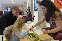 U zápisu v 6. základní škole ve Frýdku-Místku se děti setkaly například s kantorkou Michaelou Drabinovou. V této škole počítají s tím, že v září se otevřou dvě první třídy.