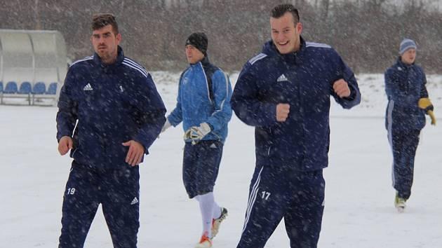 Do přípravy druholigových fotbalistů MFK Frýdek-Místek se zapojili také útočníci ostravského Baníku Jan Staško (vlevo) a Jakub Šašinka.