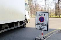 Dopravní zančení upozorňuje řidiče na blokové čištění v Novodvorské ulici.
