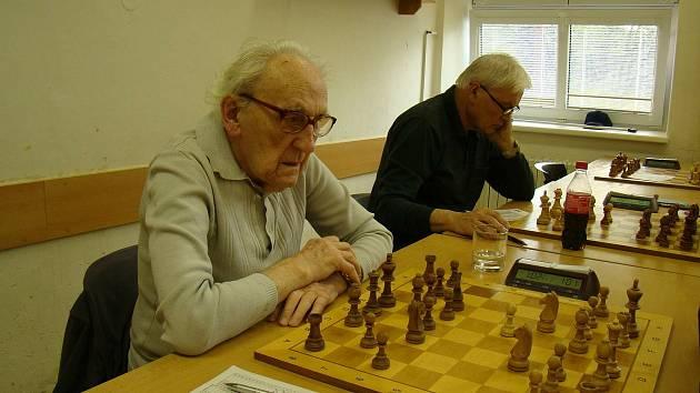 Brzy stoletý Karel Koval je stále aktivní a myslí mu to. A to nejen u šachů, které hraje závodně. Foto: archiv Karla Kovala