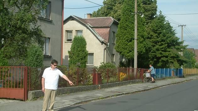 Obžalovaný řidič Tomáš Ocelka ukazuje místo,  kde se v Paskově stala nehoda.