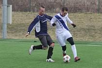 Leskovecký útočník Marián Kovařík (v bílém) se snaží utéct dotírajícímu obránci soupeře Jiřímu Maléřovi.