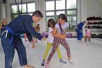Brazilské jiu-jitsu přilákalo do tělocvičny oddílu GB Draculino desítky dětí. Trenéři návštěvníky naučili základy tohoto bojového umění a také chvaty, které lze využít v sebeobraně.