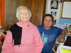 MARIE STRAKOŠOVÁ s jedním ze svých vnuků Petrem Kozou.