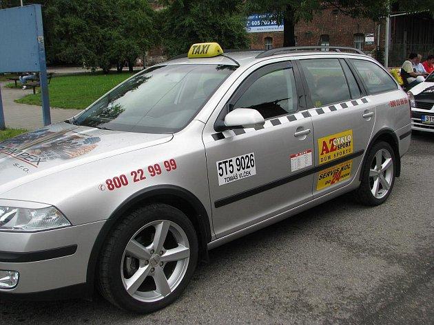 Takto přesně vypadá auto z vozového parku Taxi Vlček. Podvodníci používají identický vůz i se všemi polepy. Jediný rozdíl však mohou zákazníci přece jen najít – pod číslem na registračním štítku umístěného na dveřích musí být uvedeno jméno provozovate