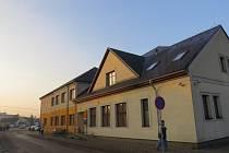 Na jednom místě v centru Fryčovic mohou lidé nejen vyřídit potřebné formality na obecním úřadě, ale i zajít na poštu či do lékárny. Nedaleko je také budova základní školy.