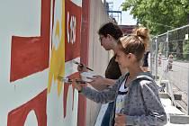 Děti ze ZUŠ pomalovaly zeď Třineckých železáren.
