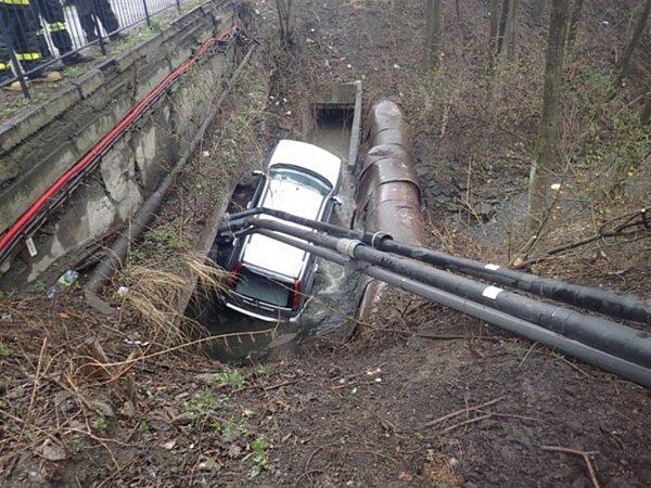 Vyprošťování havarovaného automobilu.