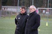 Třinecký trenér Jiří Neček (vlevo) sleduje rozcvičení svých svěřenců společně s generálním manažerem klubu Karlem Kulou.