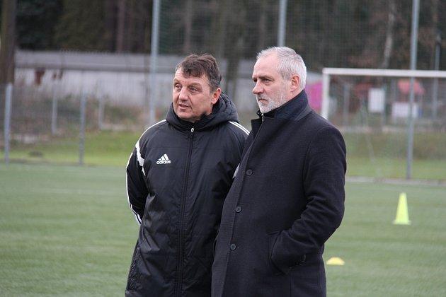 Třinecký trenér Jiří Neček (vlevo) sleduje rozcvičení svých svěřenců společně sgenerálním manažerem klubu Karlem Kulou.