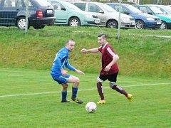 Fotbalisté Dobratic (v modrých dresech) si v domácím prostředí překvapivě snadno poradili s Hlubinou 4:1.