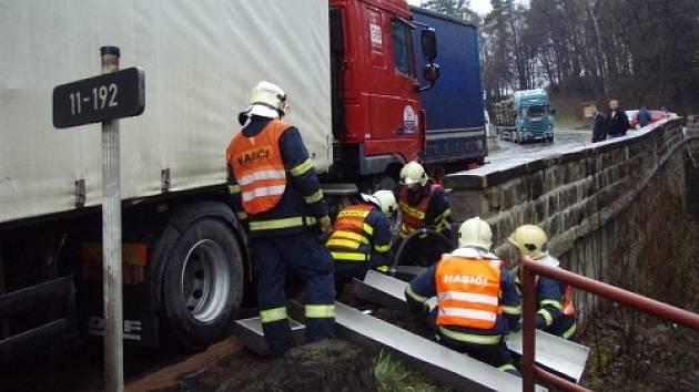 Čtyři jednotky hasičů, včetně dvou vyprošťovacích speciálů, zasahovaly ve středu 2. dubna u nehody dvou litevských a jednoho českého kamionu, které se střetly v esovité zatáčce v Jablunkově nedaleko zdejšího sanatoria.