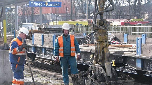 Práce na železničním koridoru pokračují už i v Třinci-Konské. Stavba ve směru do Českého Těšína probíhá bez problémů, cestující však musejí být trpěliví. Začaly totiž dlouhodobé výluky.