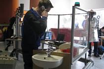 Adam Zogata při ukázce práce v provozu.