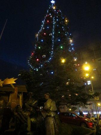 Při Mikulášském jarmarku se vTřinci rozsvítil vánoční strom.