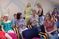 """V modrém salonku Městské knihovny ve Frýdku-Místku byly 2. května slavnostně předány hadrové panenky, které ušili žáci speciálních škol v rámci humanitární akce Unicef """"Adoptuj panenku-zachráníš dítě."""""""