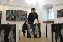 Více než dvacetiletou tvorbu Evy Kučerové-Landsbergrové z Frýdku-Místku v oblasti průmyslového smaltu představí sedmé trienále smaltu ve frýdecko-místeckém Muzeu Beskyd.