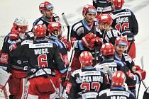 Třinečtí hokejisté přesouvají čtvrtfinálovou sérii do Pardubic, a to za stavu 2:0 pro Oceláře.
