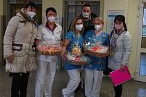 Seniorky vyrobily dárečky pro miminka Nemocnice Třinec.
