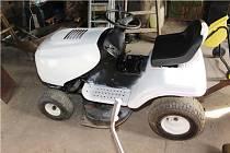 Kradený traktor přestříkaný na bílo.