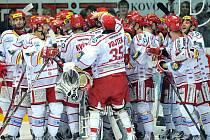 Radost Ocelářů. Takto se radovali třinečtí hokejisté při domácích finálových zápasech. Zda budou mít důvod k radosti ve Vítkovicích, se uvidí v pátek a sobotu .