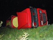 Omezení provozu si v úterý 12. dubna kolem patnácté hodiny vyžádala dopravní nehoda, při které se srazila dvě nákladní vozidla na Hlavní třídě ve Frýdku-Místku. Při střetu, který se obešel bez zranění, se část převážených klád vysypala na komunikaci.