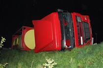 Hasiči řešili únik hnojiva a nafty po DN polského kamionu u Jablunkova.