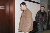 Pětadvacetiletý Tomáš Ježowicz přichází k jednání soudu.