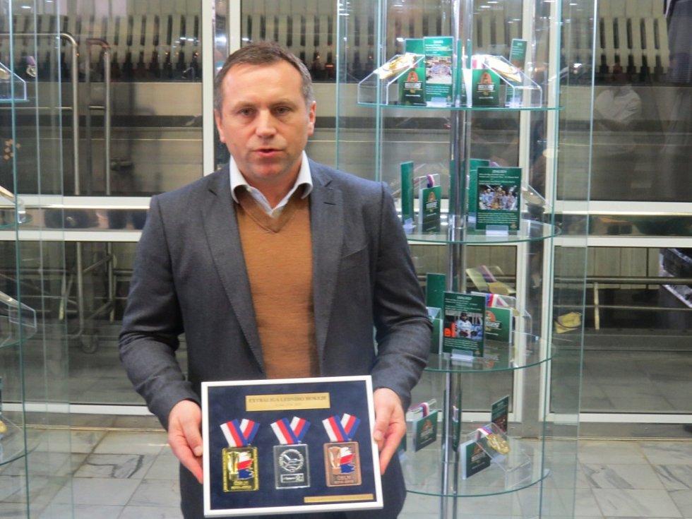 Všechny zlaté medaile vítězů české hokejové extraligy jsou nyní k vidění v Nošovicích.