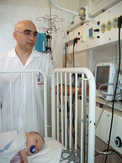 Primář dětského oddělení třinecké nemocnice Štěpán Rucki u jednoho z monitorů vitálních funkcí.
