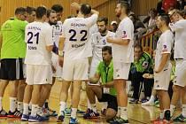 Frýdecko-místecký trenér Aleš Chrastina (v zeleném vpravo) udílí pokyny svým svěřencům.
