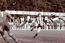 Frýdecko-místecký útočník Krnáč (vpravo) v gólové příležitosti v utkání s Příbramí.